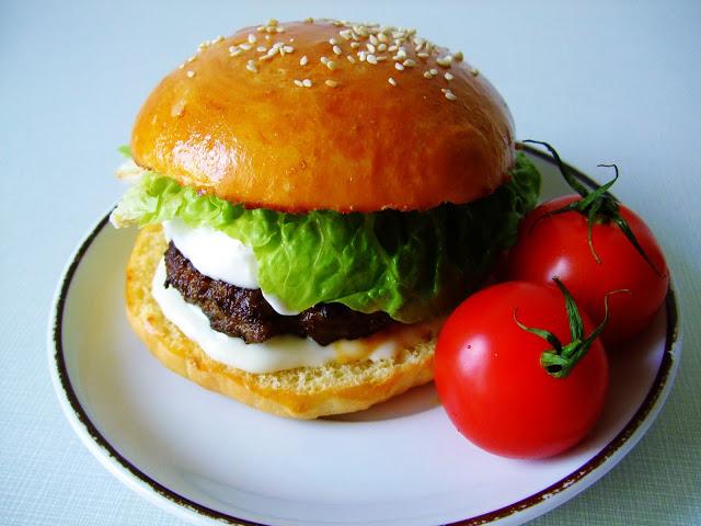 Burger s bylinkovým hovězím masem, tatarkou a blue cheese omáčkou