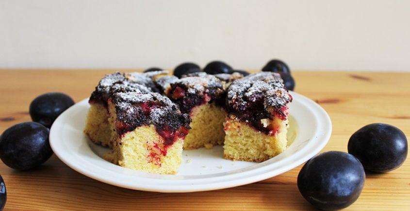 Hrnčekový koláč so slivkami a makom