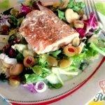 Losos na másle se zeleninovým salátem