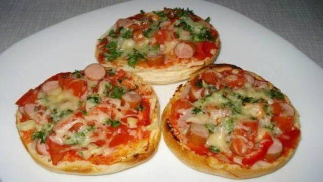 Tip od susedky : Šunkové pizza žemle posypané strúhaným syrom! Pripravené za 15 minút!